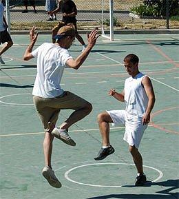 Les jeunes jouent au Pilou